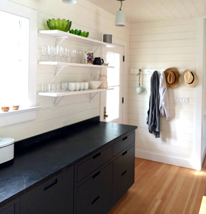 Alberene_Soapstone_Hamptons_Kitchen_matte_black.png
