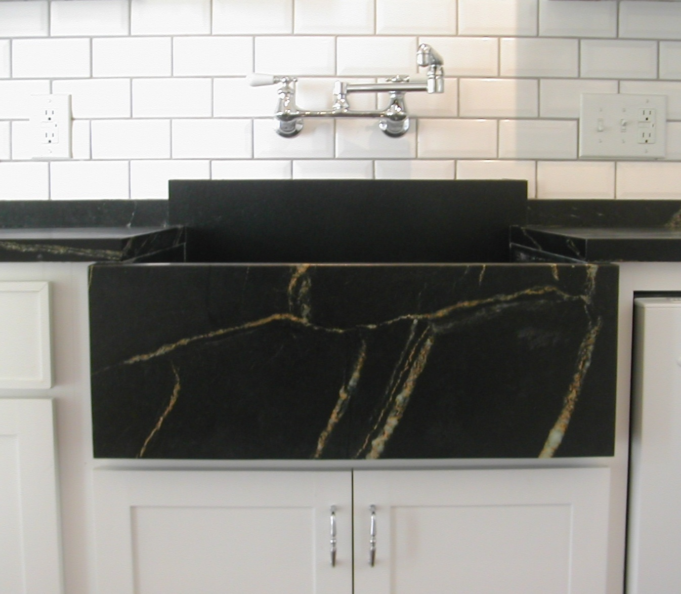 9 Rock Solid Farmhouse Sink Designs With Soapstone, Granite and More